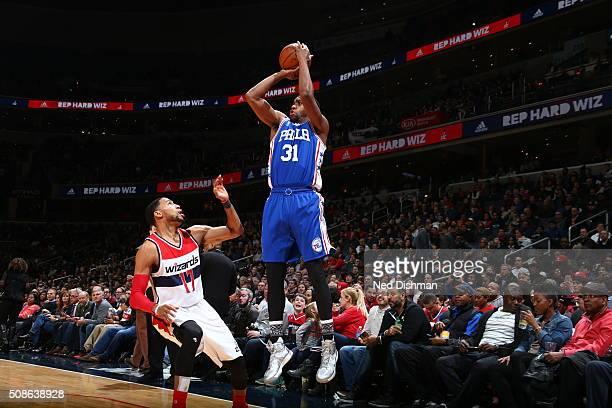 Hollis Thompson of the Philadelphia 76ers shoots against Garrett Temple of the Washington Wizards on February 5 2016 at Verizon Center in Washington...