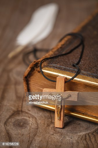 holly Bible and cross : Foto de stock