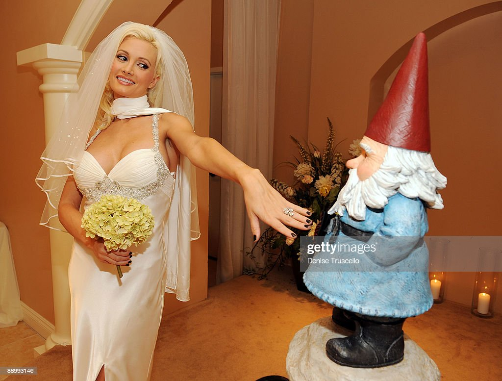 Holly Madison Marries The Travelocity Gnome At Planet Hollywood Resort Amp Ca