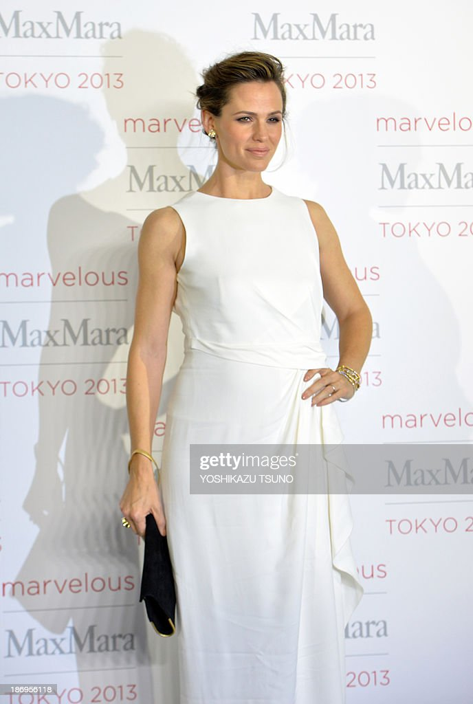 Hollywood actress Jennifer Garner poses for a photo call of Max Mara collection in Tokyo on November 5, 2013. Max Mara is celebrating the 60th anniversary of its establishment. AFP PHOTO / Yoshikazu TSUNO