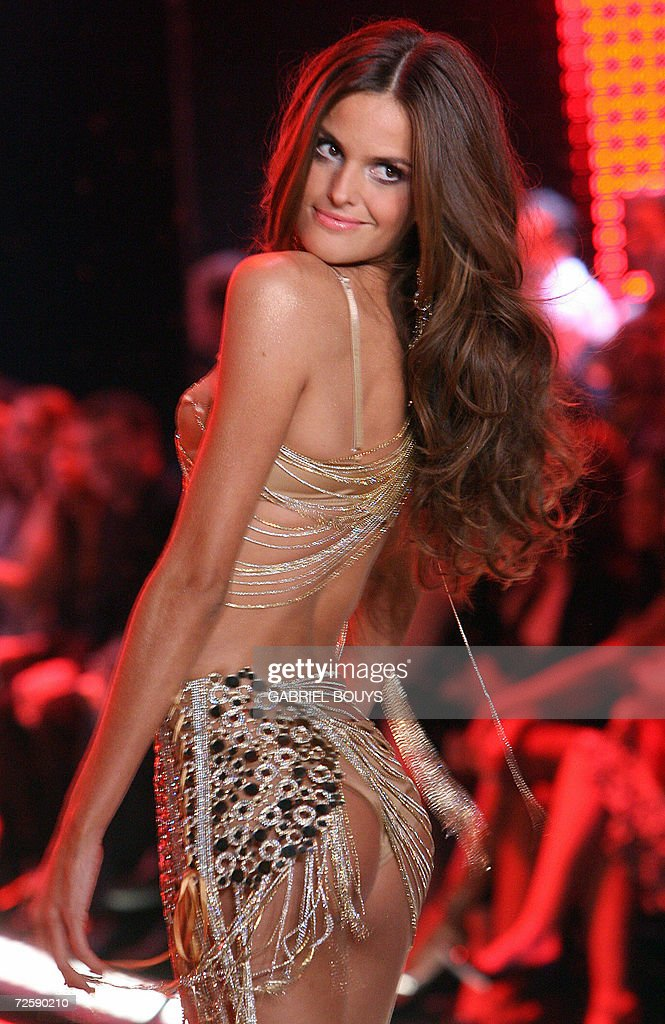 Brazilian Top model Adriana Lima displays an outfit during the Victoria's Secret Fashion Show in Hollywood, 16 November 2006.