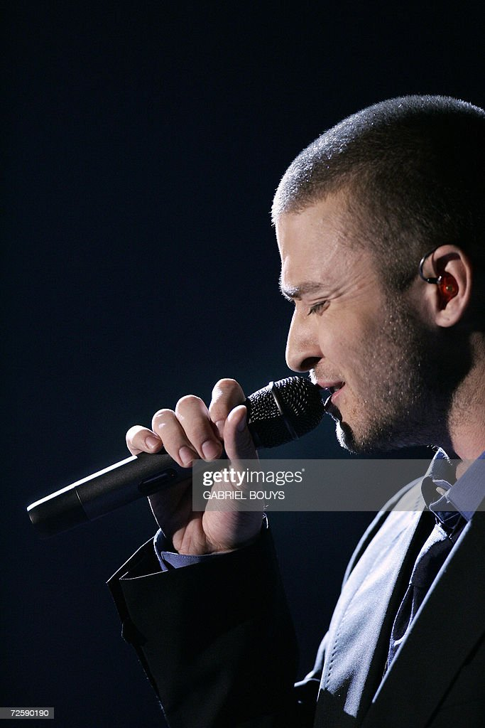 Singer Justin Timberlake performs during the Victoria's Secret Fashion Show in Hollywood, 16 November 2006.