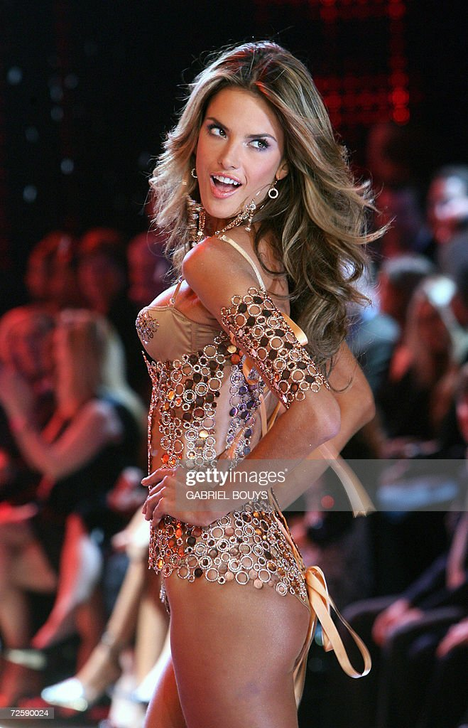 Super model Brazilian Izabel Goulard displays an outfit during the Victoria's Secret Fashion Show in Hollywood, lae 16 November 2006.
