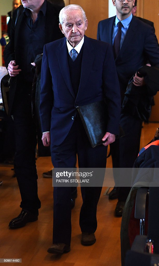 Holocaust survivor and former prisoner at Auschwitz death camp Leon Schwarzbaum arrives at the courtroom on February 11, 2016 in Detmold, western Germany at the start of the trial of former Auschwitz guard Reinhold Hanning. The 94-year-old man is charged with at least 170,000 counts of accessory to murder in his role as a former guard at the Nazi concentration camp in occupied Poland. / AFP / POOL / PATRIK STOLLARZ