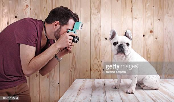 hombre fotografiando a perro