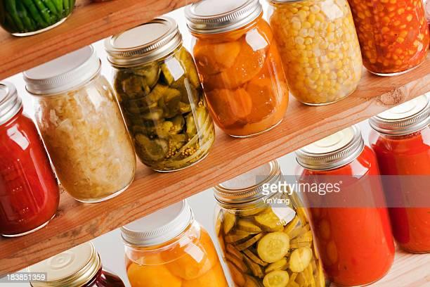 Home Canning Sommer Gemüse auf hölzernen Regalen Hz