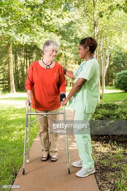 Altenpfleger, Krankenschwester mit einem senior erwachsenen Patienten im Freien. Altersheim.