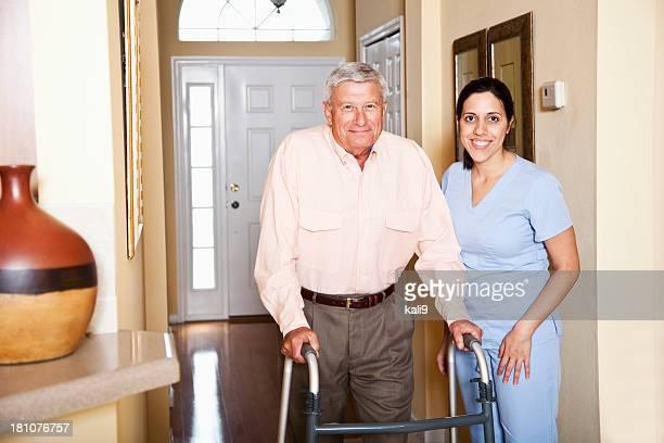 Home health aide mit älteren Mannes.
