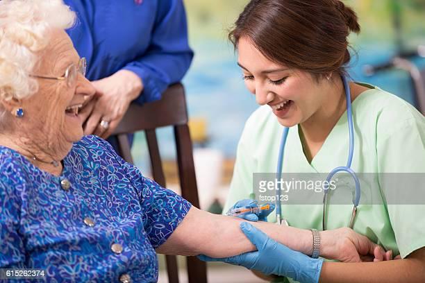 Home healthcare Krankenschwester eine ältere Frau Injektion zu.