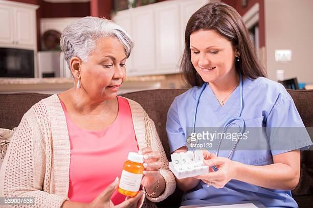 Su personal de enfermería de atención médica para que los medicamentos mujer mayor adulta.