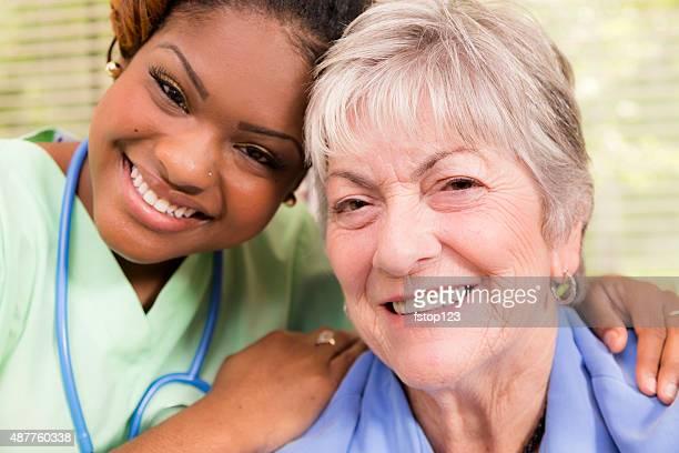 Home assistenza sanitaria o medico infermiera con anziani paziente. Casa.