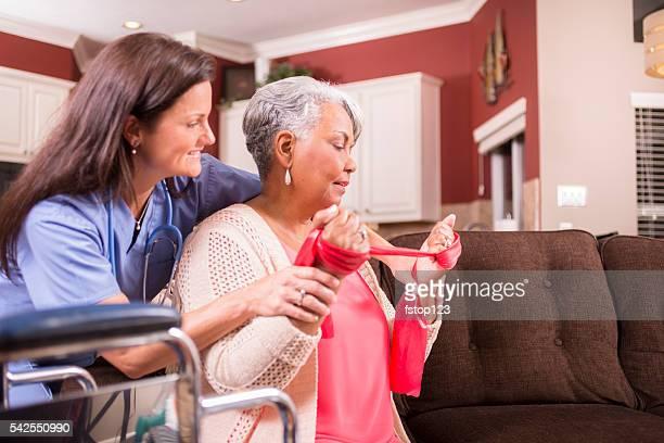 Home healthcare Krankenschwester, Physiotherapie mit senior Erwachsene Frau.