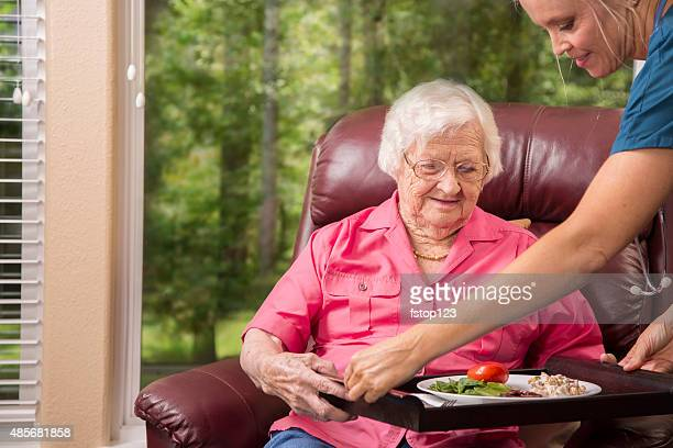 Maison soins infirmier avec patient senior adulte. Repas.