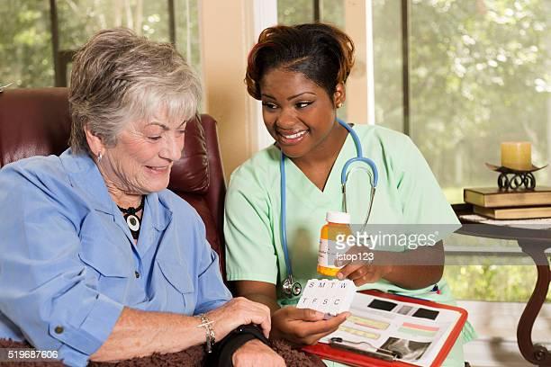 Home healthcare Krankenschwester mit einem senior erwachsenen Patienten. Medikamente.