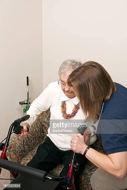 Home Heathcare Arbeiter Unterstützung Senior zu rollenden Walker