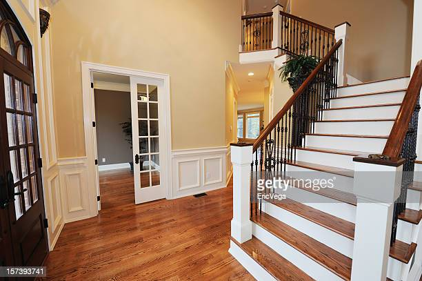 Home Foyer Immobilier : A luxurious mansion with wood floor photos et images de