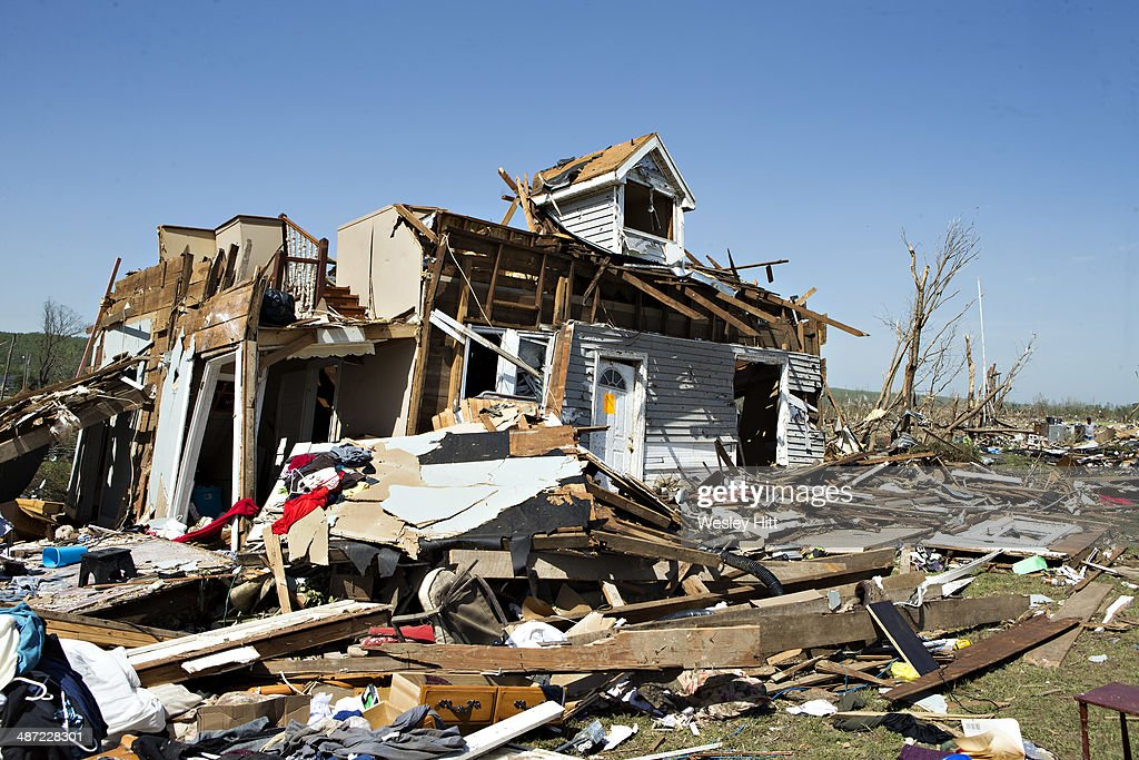Widespread damage and casualties after tornadoes rip for Foto di case americane