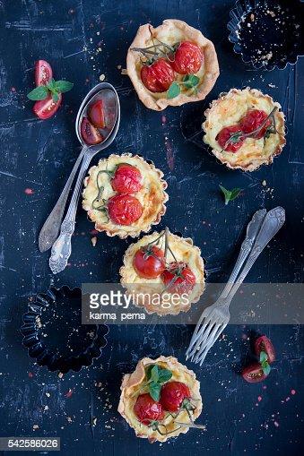 自家製 tarteletts に桜のトマト、ブラック