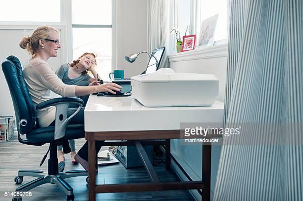 Bureau à domicile, mère célibataire conciliant le travail et la famille.