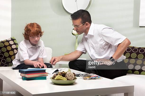 La Professeur à domicile: Enseignant et étudiant travaillant ensemble