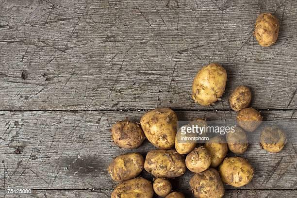 Homegrown patate su un vecchio tavolo in legno
