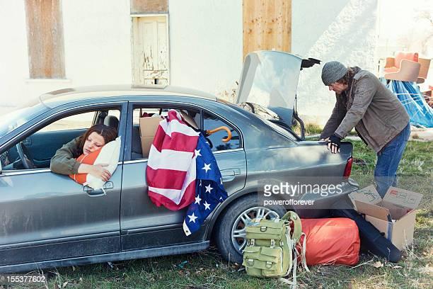 Couple de sans-abri de voiture