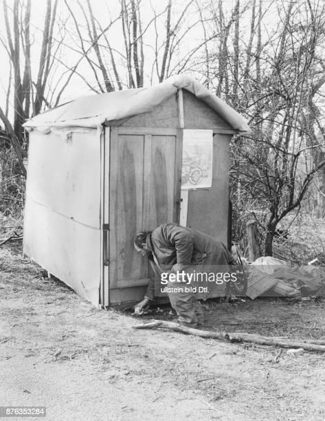 Homeless Fritz Hupke at his selfmade hut near Brunsbuetteler Damm in Berlin Spandau Schaefer