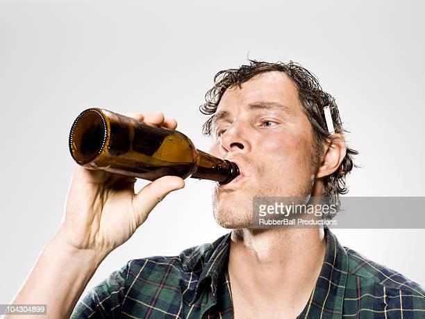 Obdachlos Mann trinkt Bier