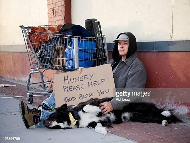 Homme sans-abri dans une ville rue