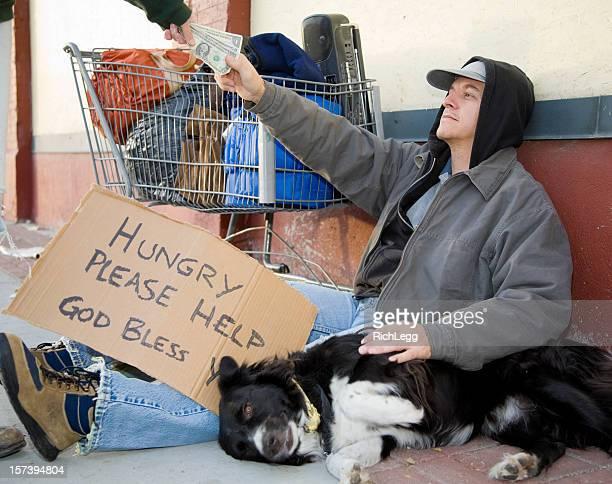 Obdachlos Mann auf einer Straße in der Stadt