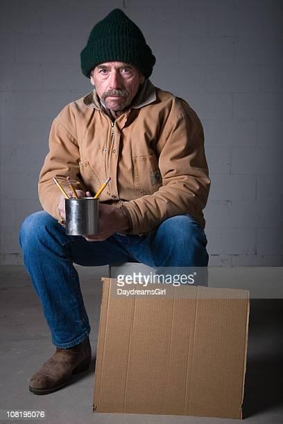 Uomo Senzatetto con cartello di cartone con tazza