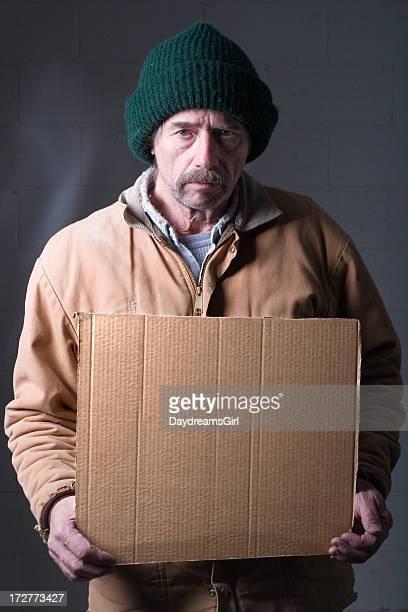 Uomo Senzatetto con cartello