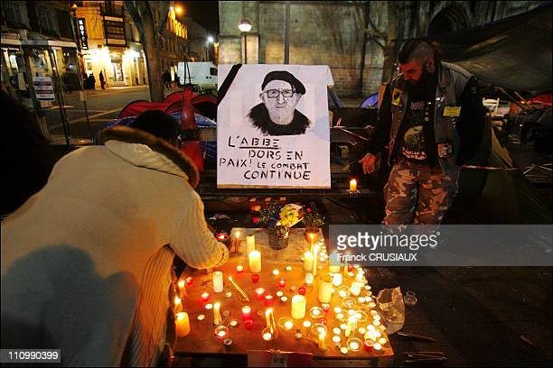 "Homeless of the Lille camp of ""the Children of Don Quixote 'and passers make a final tribute to Abbe Pierre by collecte or submitte a candle at the..."