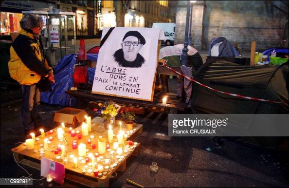 """Homeless of the Lille camp of """"the Children of Don Quixote 'and passers make a final tribute to Abbe Pierre by collecte or submitte a candle at the..."""