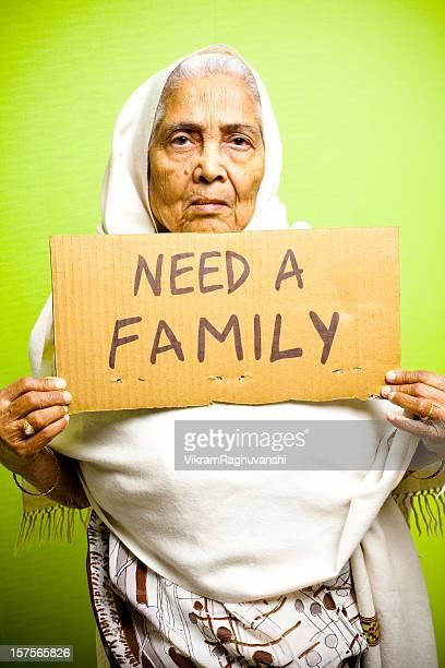 Obdachlos Senior indische Frau, die eine Anziehungskraft auf, ihre