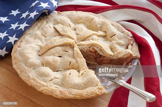Torta di mele fatta in casa con USA bandiera sul piano di lavoro