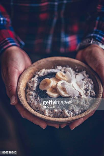 Zelfgemaakte banaan kokos havermoutpap met maanzaad