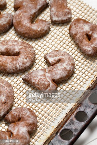 Homemade gingerbread figures with icing sugar : Foto de stock