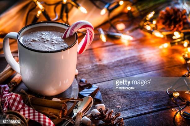 Zelfgemaakte warme chocolade mug geschoten op rustieke houten kerst tafel
