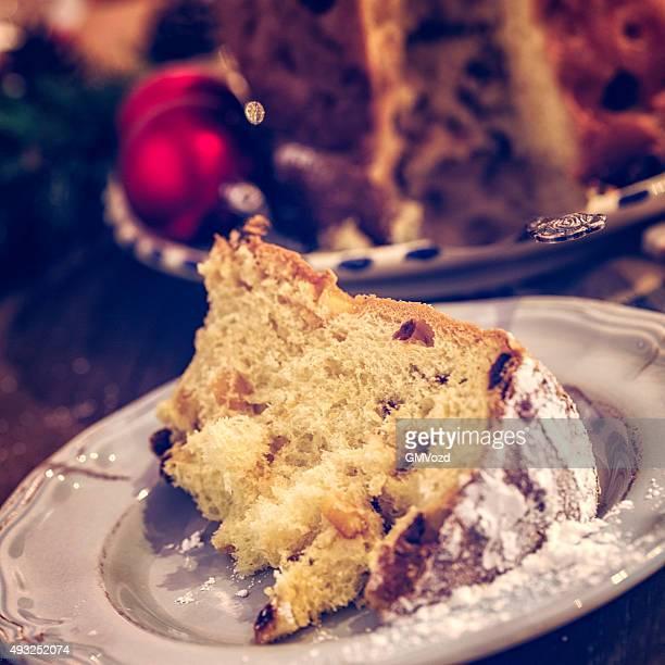 Panettone fatti in casa dolce di Natale con zucchero a velo