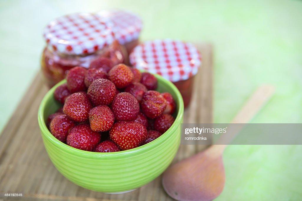 Mermelada de fresa caseras en frascos de distintos y strawbe maduros frescos : Foto de stock