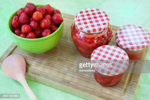 Feito em Casa Compota de Morango em diferentes Jarros e Tomates frescos strawbe : Foto de stock