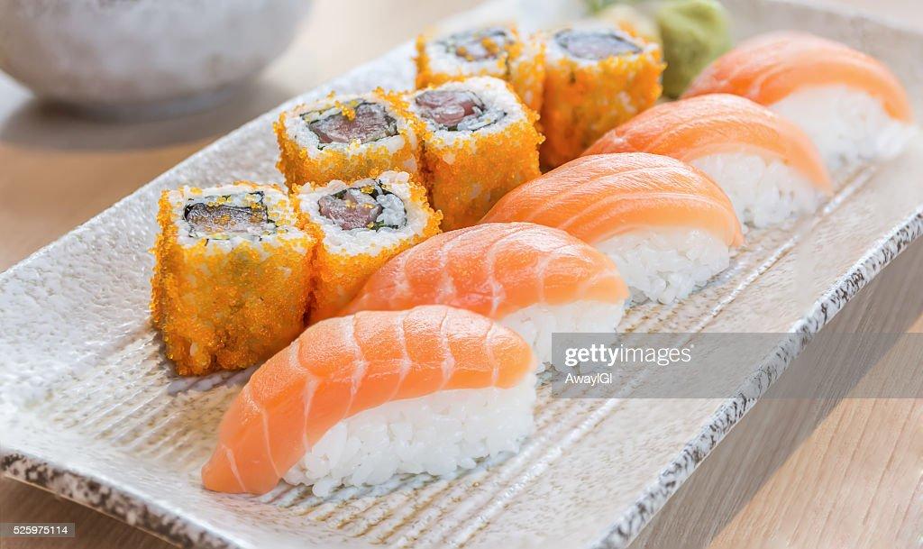 hausgemachtes sushi mit lachs und frischk se philadelphia japanische stock foto getty images. Black Bedroom Furniture Sets. Home Design Ideas