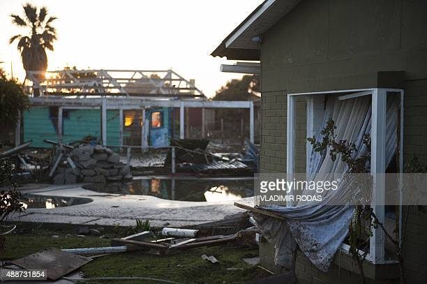 Homes are damaged in Concon Chile some 110 kilometers northwest of Santiago on September 17 2015 after a massive earthquake hit the area on September...