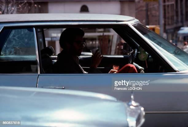 Homme entrain de boire dans une voiture en mai 1978 à New York EtatsUnis