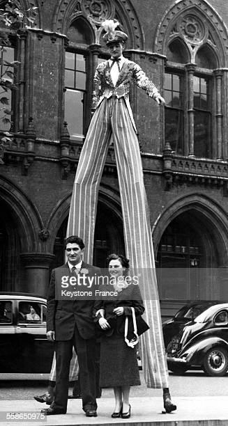 Homme géant sur des échasses invité d'honneur du mariage de ses collègues du cirque à Birmingham RoyaumeUni le 15 octobre 1954