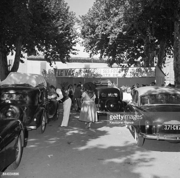 Homme présentant à des touristes en voiture l'opération 'Coup de l'étrier' pour mieux faire connaître les produits de la région à Brignoles dans le...
