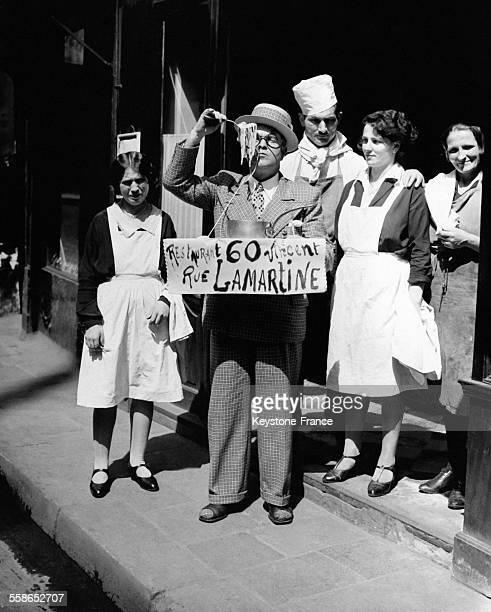 Hommesandwich connu sous le nom de 'Léon' faisant de la publicité pour un restaurant italien en mangeant des spaghetti dans la rue à Paris France...