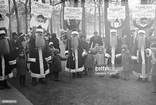 Hommessandwichs déguisés en Père Noël se promenant dans la rue et portant un écriteau où l'on recommande aux mamans françaises d'acheter des jouets...