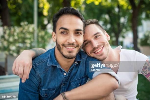 Couple homosexuel appréciant voyageant ensemble